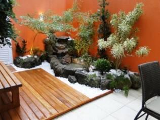 O jardim japonês fica dentro de um apartamento e ganhou iluminação direta