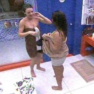 Diana ajuda Maria no banheiro da Casa Luxo
