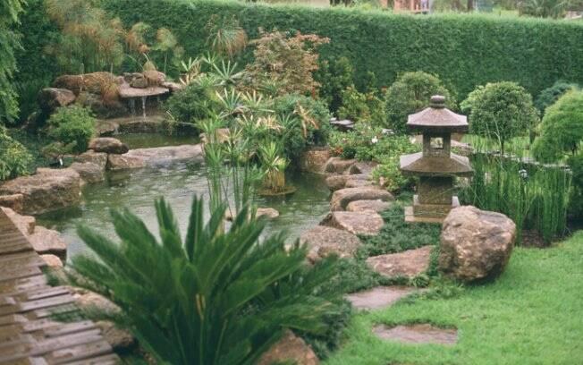 Além de ser um recurso estético e decorativo, a água é essencial à subsistência das plantas e enriquece o ambiente com umidade