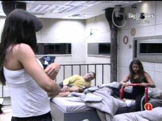 Brothers conversam no quarto