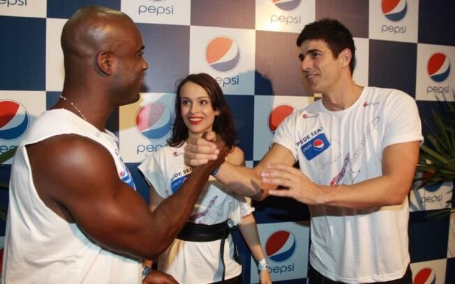 Reynaldo Gianecchini cumprimenta Rafael Zulu e Marcella Valente
