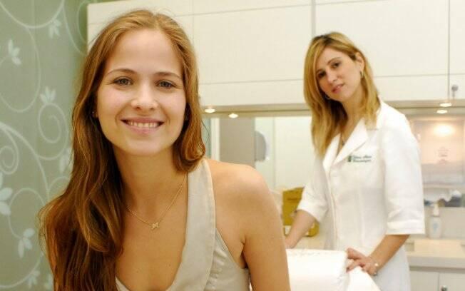 A atriz Luiza Valdetaro se entrega aos cuidados da dermatologista Juliana Neiva