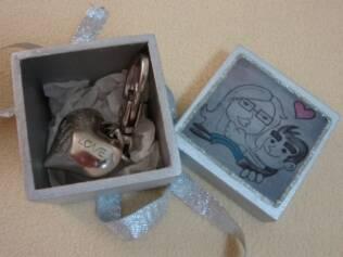 Marcos e Luciana: chaveiro feito à mão e caricatura do casal assinada pelo amigo em comum que os apresentou