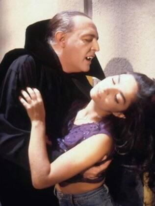 O Conde Vlad (Ney Latorraca) morde Natasha (Cláudia Ohana)