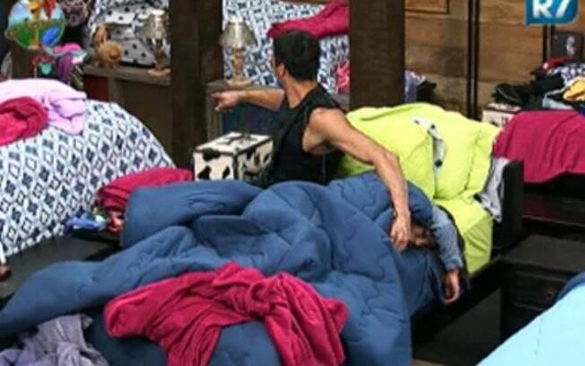 François ajuda a colocar Raquel na cama