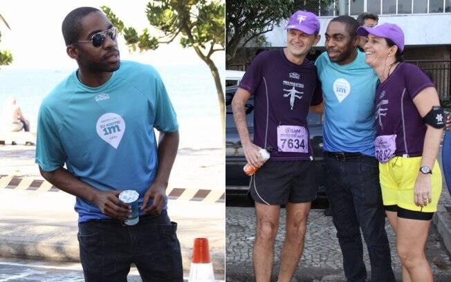 Lázaro Ramos ajudou a distribuir copos de água aos participantes da Maratona do Rio e depois ainda tirou fotos com alguns