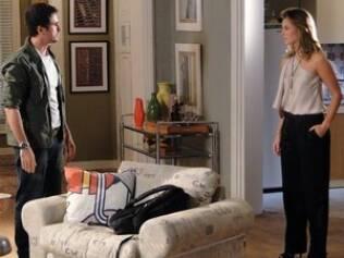 Pedro chega em casa e encontra Marina