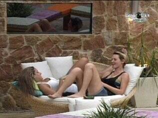 Natália e Diana conversam na área externa