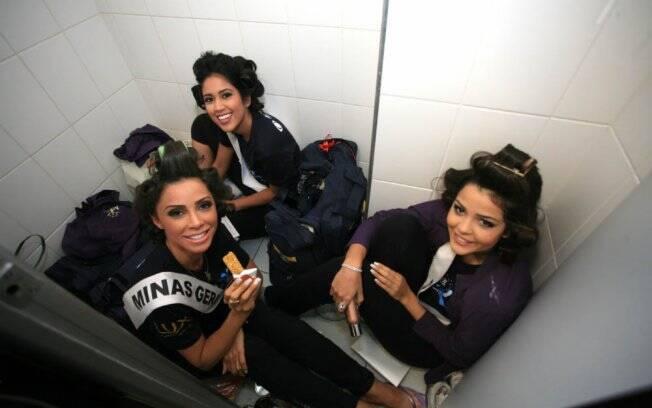 Misses Amazonas, Minas Gerais e Pará conversam no banheiro pouco antes do início do concurso
