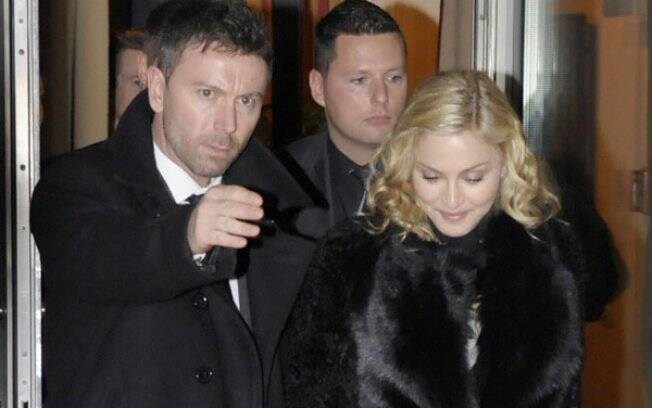 Madonna conduzida por seguranças em Berlim
