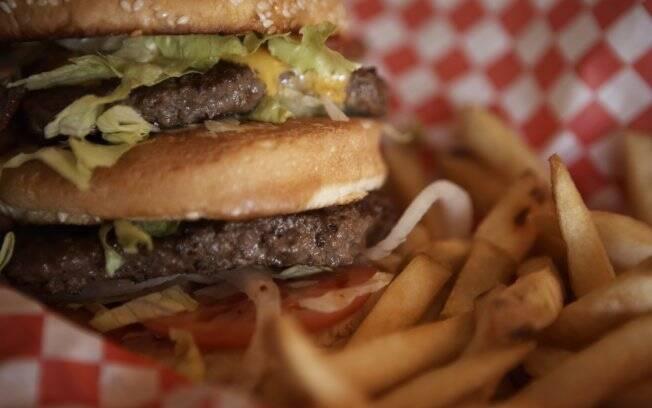 Lanches gordurosos podem aumentar o risco de depressão, segundo a pesquisa