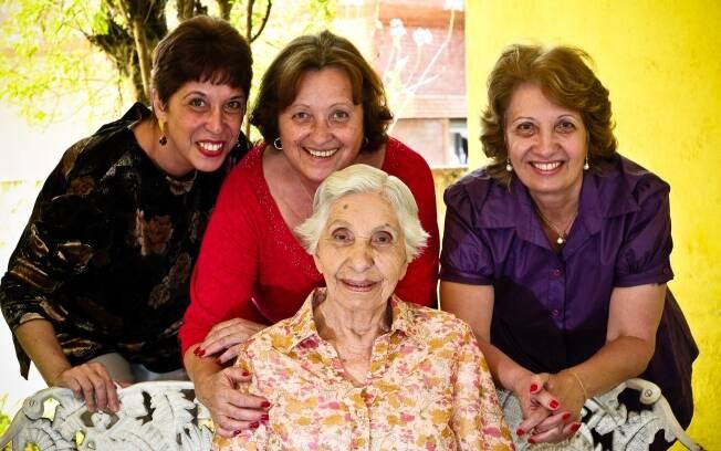 Eloá, Ivany e Cecy se revezam para cuidar da mãe, Jacyra Gonçalves, de 86 anos