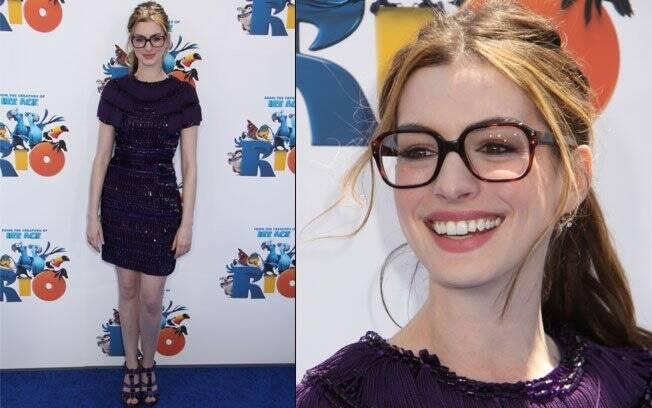Anne Hathaway e seus óculos gigantes durante a première de