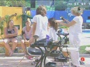 Salão de Beleza na grama: sisters recebem tratamento nos cabelos