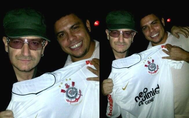 Bono segura a camisa do Corinthians para fotografar com Ronaldo