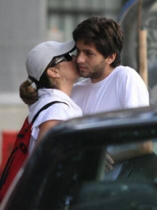 Cissa beija o filho Rafael em passeio pela praia