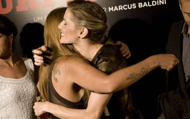 Deborah Secco e Raquel Pacheco se abraçaram ao se encontrarem na première de