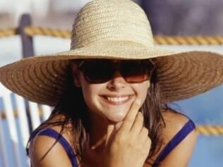 Sob o sol, óculos grandes e chapéu são dupla infalível para evitar danos aos olhos