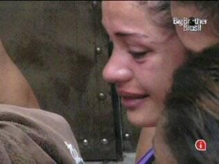 Maria chora com carta da mãe