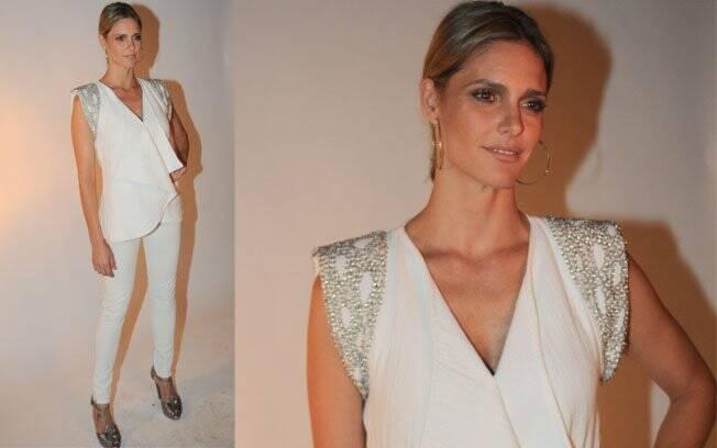 Diferente de Adriana Esteves, Fernanda Lima conferiu o lançamento toda de branco: calça skinny e blusa com os ombros cheios de brilho