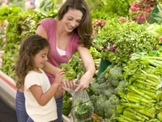 Os hábitos alimentares são formados desde cedo e, por isso, cabe aos pais e aos educadores a função de estimular e incentivar a criança a comer um pouco de tudo