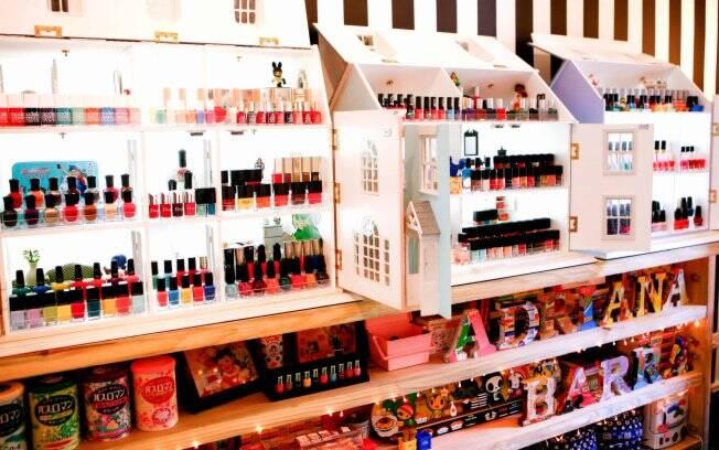 Lindas e coloridas, as casas de bonecas viraram armários para guardar os esmaltes