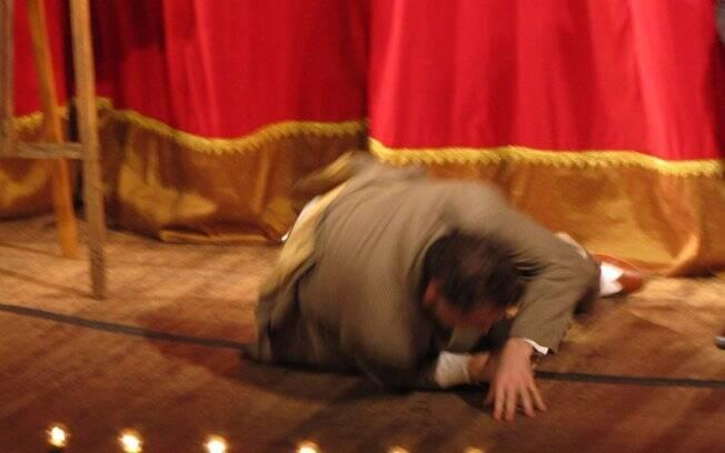 Dan Stulbach cai do terraço que compõe o cenário da peça
