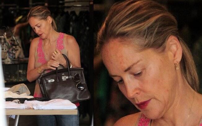 Sharon Stone foi às compras em Beverly Hills, na Califórnia, sem esconder as manchinhas da idade
