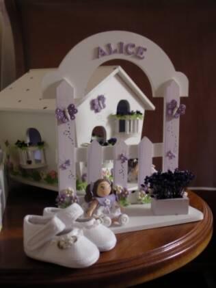 No quarto de Alice em Franca, decoração lilás e sapatinhos de bebê