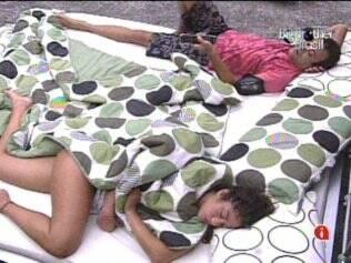 Único acordado na casa, Daniel tenta animar Maria