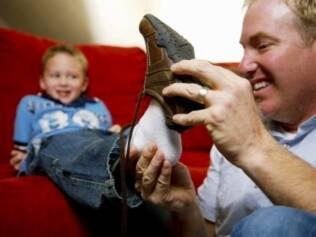 Segundo especialistas, o tamanho do calçado deve ser definido com a criança em pé, sustentando o peso de seu corpo