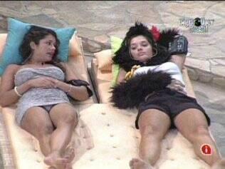 Deitadas nas espreguiçadeiras do jardim, Maria e Talula conversam durante a madrugada