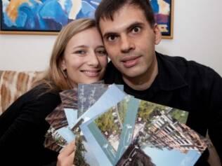 Juliana e Emerson: a história a dois, pontuada por viagens, rendeu cartões postais personalizados