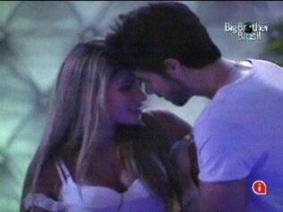 Rodrigão até tenta, mas Adriana não cede às investidas do modelo