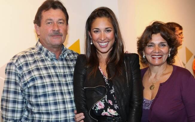 A atriz entre os pais Fernando e Sandra Itié