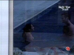 Maria e Wesley conversaram na piscina, sem se preocupar com os comentários