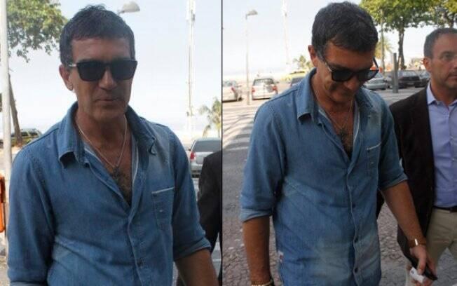 Antonio Banderas passeia pelo calçadão de Copacabana