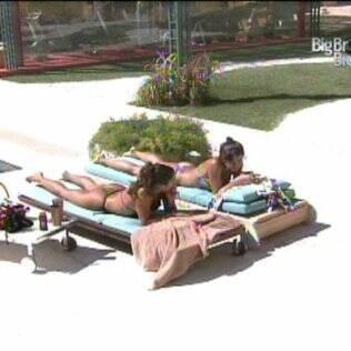 Maria e Talula conversam na beira da piscina