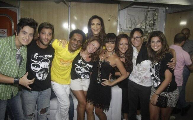 Bruno Gagliasso, Luiz Miranda, Fernanda Souza, Danielle Suzuki e Fernanda Paes Leme tietam Ivete, Ana Carolina, Luan Santana e Maria Gadú nos bastidores do Festival