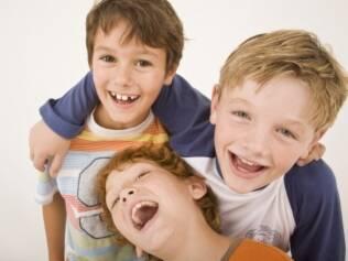 Pais podem estimular brincadeiras com outras crianças, sem forçar a barra