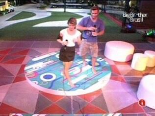 Diana e Wesley se divertem com o karaokê