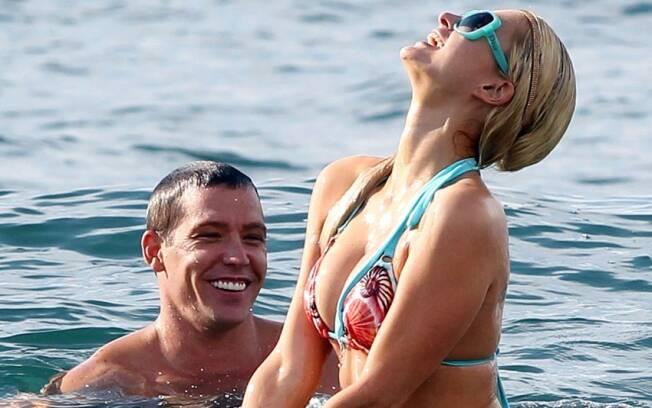 Paris Hilton, que pode estar grávida, e Cy Waits curtem fim de ano no Havaí