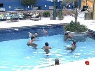 Confinados batem papo na piscina