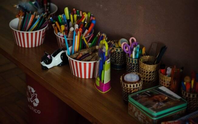 No quarto dos filhos, potes de pipoca servem de estojo para guardar lápis, canetas e tesouras
