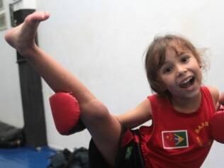 Tammy, 5 anos: lutar promove o gasto de energia necessário para a idade