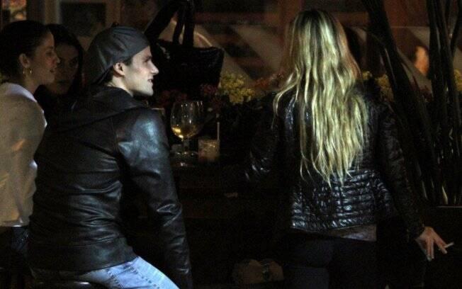 Jonatas Faro e Danielle Winits jantam em churrascaria