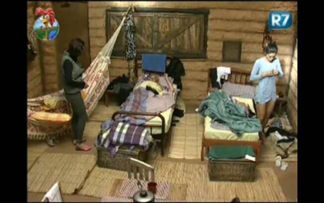 Enquanto Ana Paula dorme na rede, Monique e Franciely dormem em camas