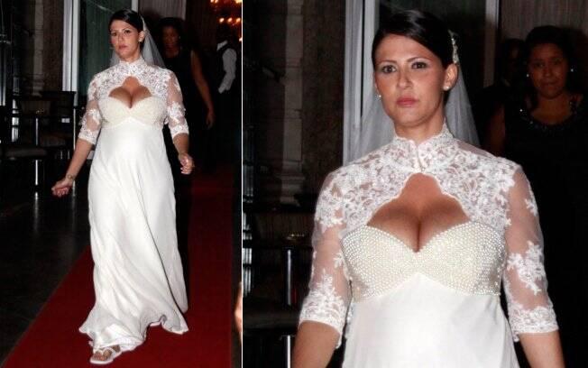 A noiva, Carolina Hollinger Villar, que está grávida de três meses de Marcello Antony, deixa a casa de festas