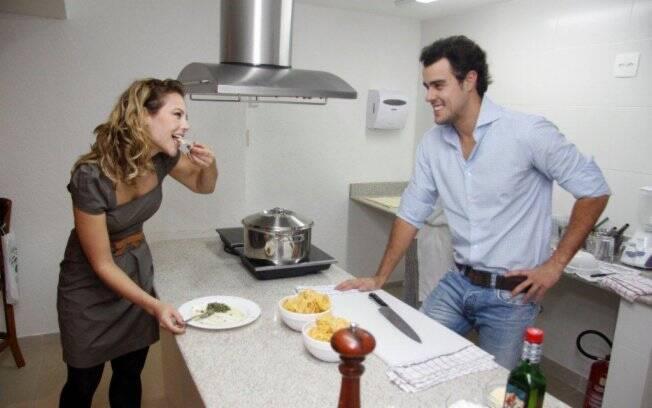 Paola Oliveira e Joaquim Lopes cozinharam para seleto grupo de convidados