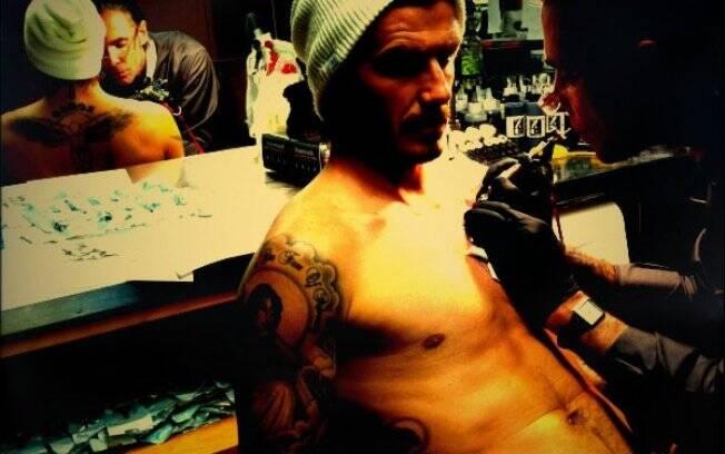 David Beckham recebe a nova tatuagem. O jogador postou a imagem no Facebook.
